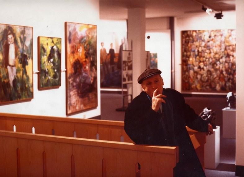 Ernesto Treccani negli spazi della Fondazione Corrente, Milano, 1986 Foto C. Colombo