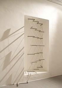 Cesare Galluzzo, Il gioco del rovescio, 2013, smalto su legno e canapa, 215 x 106 x 20 cm Courtesy l'artista