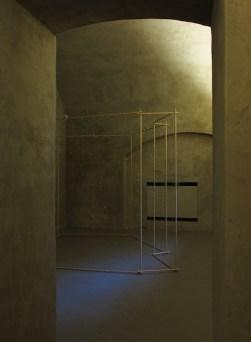Gianni Moretti, La seconda stanza Arezzo, 2016, campanelli, legno, sensore di movimento, motori vibranti, fascette aubloccanti, nylon, 280x300x205 cm