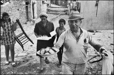 Leonard Freed, Sicilia, 1974, vintage print, cm 18x26 © Leonard Freed - Magnum (Brigitte Freed)