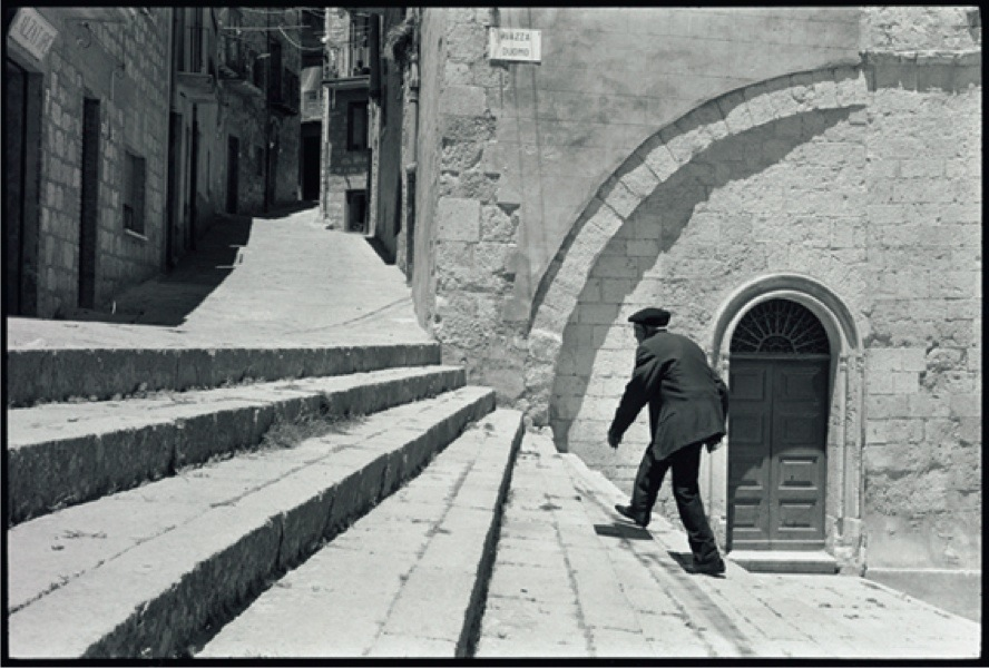 Leonard Freed, Sicilia, 1974, later print, 40.7x50.5 cm © Leonard Freed - Magnum (Brigitte Freed)