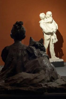 Paolo Troubetzkoy, Bambina seduta con cane, datato 1906, gesso patinato bronzo, 75x83x123 cm