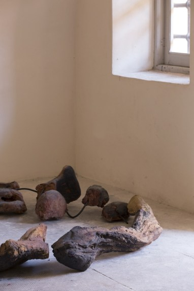 In principio è la Terra, veduta della mostra (Nanni Valentini Courtesy Archivio Nanni Valentini), Forte di Gavi, Gavi (AL) Foto di Enrico Minasso