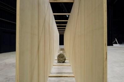 Kishio Suga, Exposed Realm, 1986/2016, legno, compensato, pietra, dimensioni variabili Courtesy dell'artista, Blum & Poe, Los Angeles/New York/Tokyo e Pirelli HangarBicocca, Milano Foto Agostino Osio