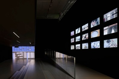 Lavoro in movimento. Lo sguardo della videocamera sul comportamento sociale ed economico, veduta della mostra (Doherty e Farocki-Ehmann), Mast Gallery, Bologna
