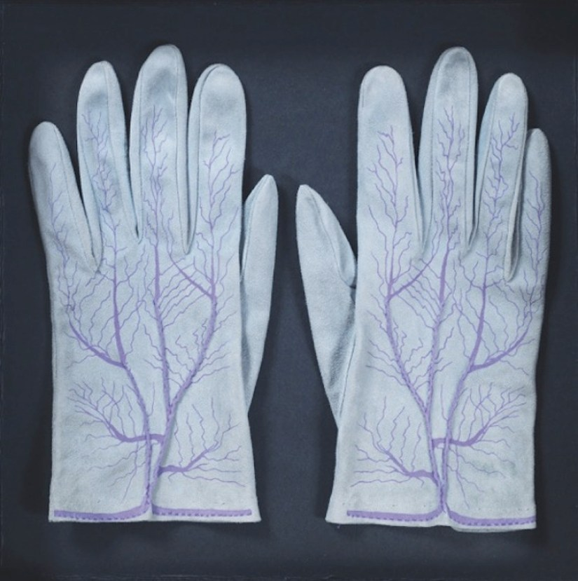 Meret Oppenheim, Handschuhe (Paar) (Guanti - paio), 1985, pelle di capretto, pistagna, serigrafia. 150 es., edizione lusso Parkett n. 4., 22x8.5 cm, Collezione privata