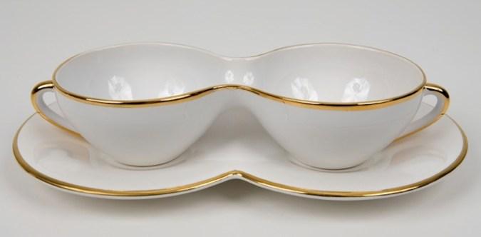 Mona Hatoum, T42 (gold), 1999, tazze in ceramica con bordo in oro, 5.5x24.5x14 cm Courtesy of the Artist and White Cube © Mona Hatoum Photo © Bill Orcutt Courtesy Alexander and Bonin, New York