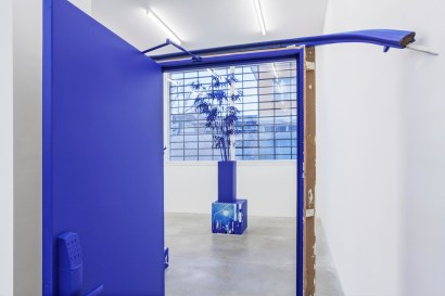Mike Nelson, Cloak of rags (Tale of a dismembered bank rendered in blue), veduta installazione. Foto: Sebastiano Pellion di Persano. Courtesy l'artista e Galleria Franco Noero, Torino