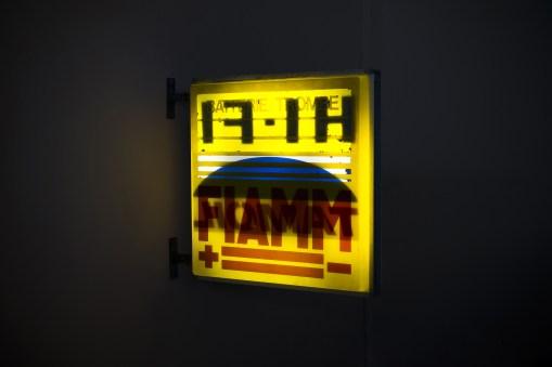 Flavio Favelli, Mille Luci (Hi-Fi), assemblaggio di insegne, 91x105x12 cm, 2017. Foto: Trapezio Roveda
