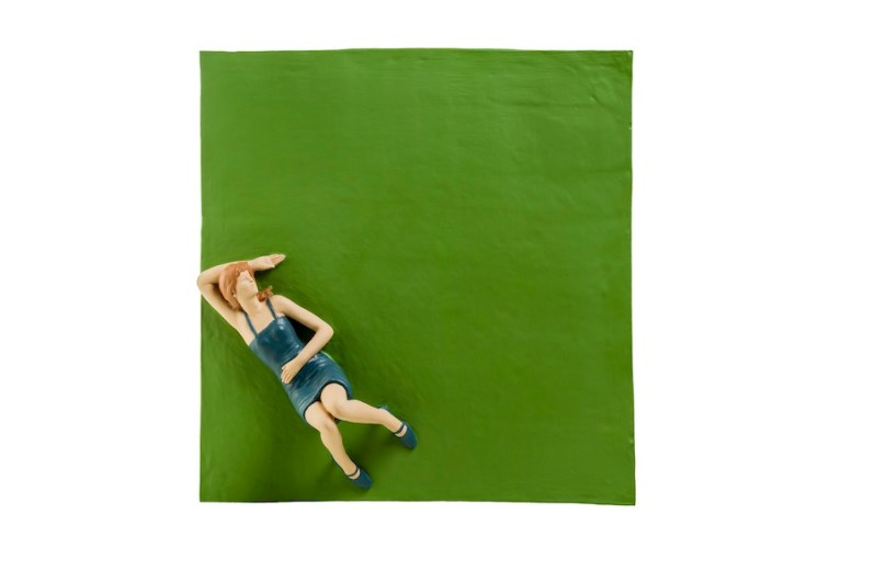 Nando Crippa, Ragazza sul prato, 2004, terracotta dipinta, 15x56x56 cm Collezione privata Foto © Stefano Pensotti