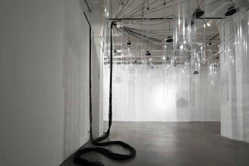 Roberto Pugliese, Emergenze acustiche, 2013, Plexiglass, speakers, cavi audio, cavi in metallo, computer, software, composizione audio Courtesy Galerie Mazzoli, Berlino. Foto Roberto Marossi