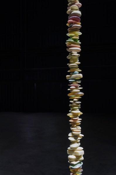 Miroslaw Balka, 7x7x1010, 2000 (particolare), veduta dell'installazione, Pirelli HangarBicocca, Milano, 2017 Collezione Centre of Contemporary Art, Castello di Ujazdowski, Varsavia Courtesy dell'artista e Pirelli HangarBicocca, Milano Foto © Attilio Maranzano