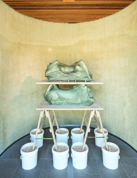 Nero/Alessandro Neretti, white woman with cushions on african lion on eight buckets, 2017, terracotta smaltata, legno di pino multistrato, segatura, Nero/Alessandro Neretti, white woman with cushions on african lion on eight buckets, 2017, secchi di plastica, ferro 174 x 162 x 84,5 cm courtesy dell'artista. Foto: Andrea Piffari