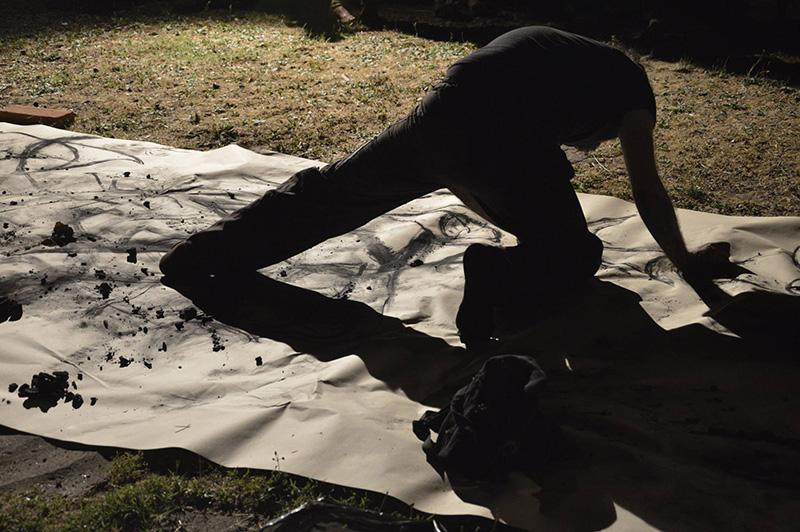 Lungo il corpo, performance di Vincenzo Fiore Marrese. Foto Fabrizio Scotti