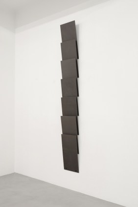 Lesley Foxcroft, Standpoint, 2015, MDF nero, 280x35 cm © A arte Invernizzi, Milano Foto Bruno Bani, Milano