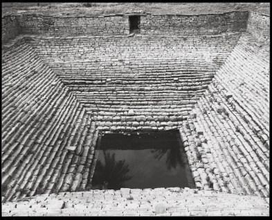 Wolfgang Laib, Pozzo a gradini di un tempio nei pressi di Shravana Belgola, India del Sud, 2001, fotografia in bianco e nero Collezione privata © 2017, ProLitteris, Zürich