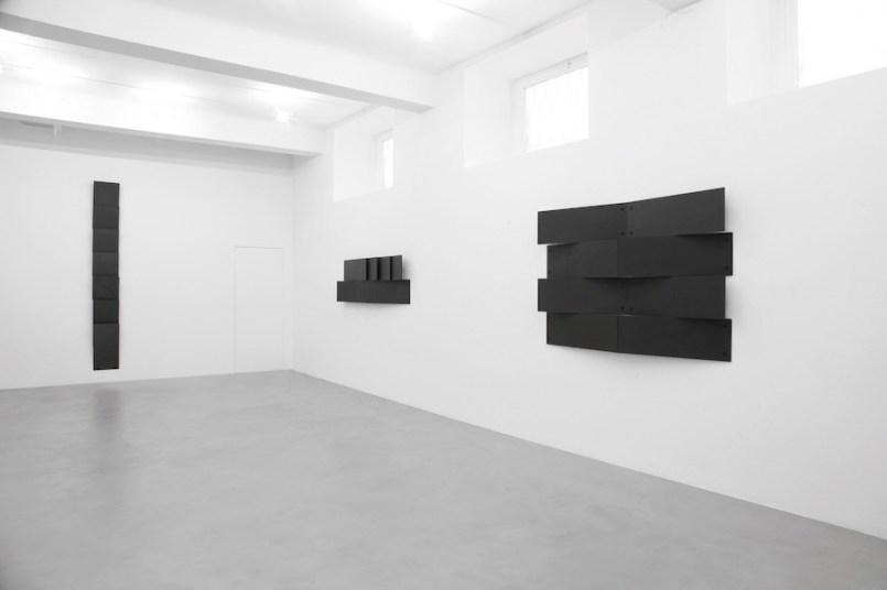 Lesley Foxcroft, (da sinistra a destra) Standpoint, 2015, M.D.F. nero, 280x35x11 cm, Engulf, 2017, M.D.F. nero, 60x180x13 cm, Enthral, 2017, M.D.F. nero,120x180x13 cm, Veduta parziale dell'esposizione A arte Invernizzi, Milano © A arte Invernizzi, Milano Foto Bruno Bani, Milano