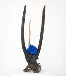 Francesca Romana Pinzari, Go Dai 01, 2017, ramo bruciato, leucite e cristalli di solfato di rame, 90x50x50 cm Foto Andrea Veneri Courtesy Gilda Contemporary Art, Milano