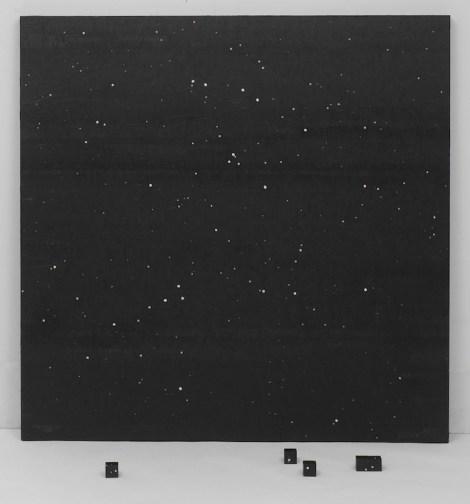 Gianluca Quaglia, Sappiamo solo ciò che possiamo imparare (buio), 2017, colla per affissioni, stampa digitale su carta, grafite argentea in polvere, legno 140x140x4 cm + 5 elementi cubici 4x4x4 cm