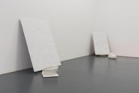 Antonio Trotta, Altri tempi, 2006-2014, marmo, particolare dell'allestimento, galleria Giovanni Bonelli, Milano Foto Nicola Gneiss
