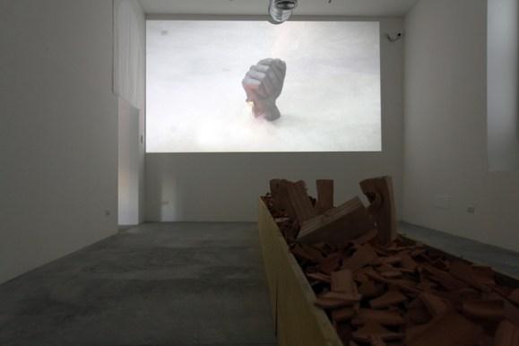 Loredana Longo, 2017, video Fist, durata 03_24. Courtesy Francesco Pantaleone, Milano