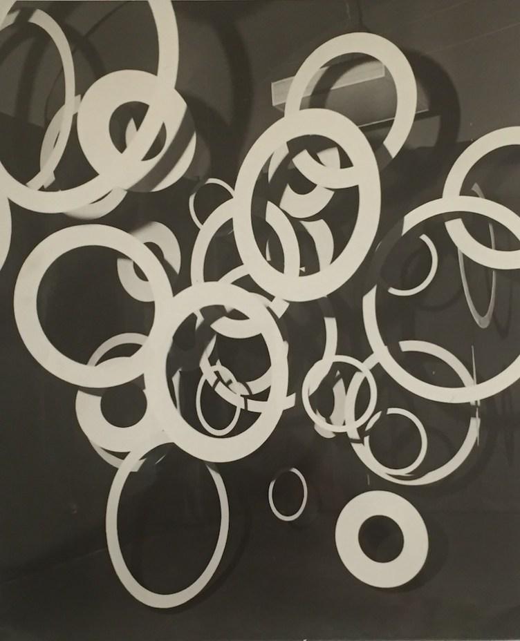 Paolo Scheggi, Interfiore, 1968, pittura gialla fluorescente su anelli di legno e luce di Wood Crediti Paolo Scheggi SIAE