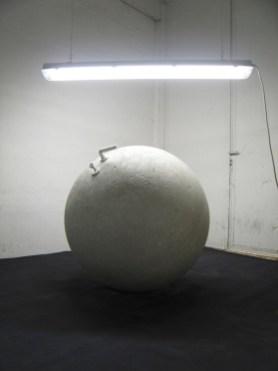 Elia Cantori, Stanza, 2008, gesso e materiali vari, maniglia e serratura di porta, chiave, luci al neon, cavo elettrico Courtesy CAR DRDE, Bologna