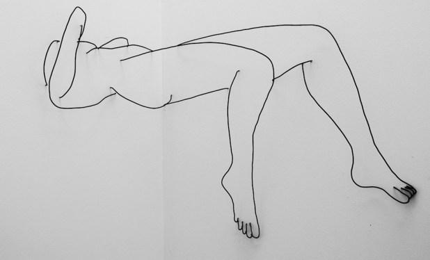 Matthew Attard, Untitled (You are a Poser!), 2014, filo di alluminio nero e muro (angolo), dimensioni variabili, Galleria Michela Rizzo