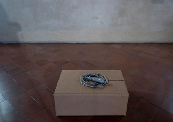 Sislej Xhafa, Dressed tone, 2007, microfono, nastro adesivo argentato, lunghezza: cm 100 circa Courtesy l'artista e Galleria Continua, San Gimignano