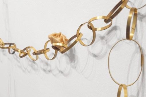 Elena Modorati, Tenderness ring, 2018, ferro, poliestere, ottone, rose e cera, 180x350x280 cm (dettaglio) Foto Bruno Bani, Milano