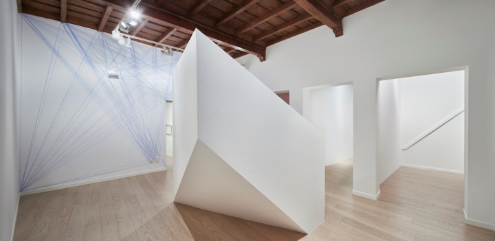 Sol LeWitt, Between the Lines, veduta della mostra (Wall Drawing #150: Ten thousand one-inch (2.5cm) lines evenly spaced on each of six walls, 1972), Fondazione Carriero, Milano Foto Agostino Osio Courtesy Collezione Panza, Mendrisio e Fondazione Carriero