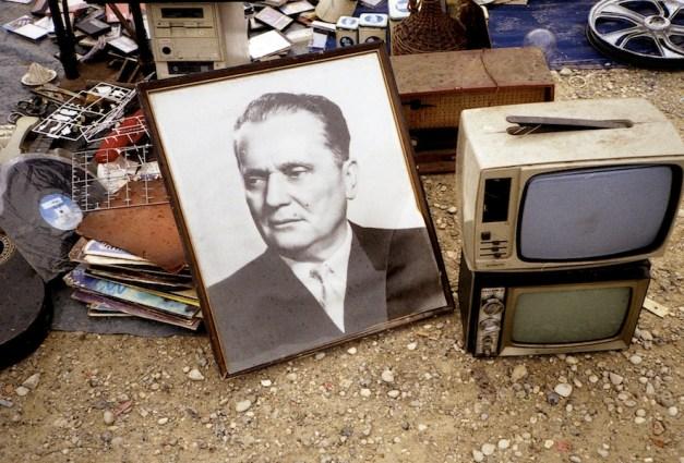 Mladen Stilinović, Sale of Dictatorship, 1977-2000, stampa a getto d'inchiostro, 18x28 cm © l'artista Courtesy Fondazione Cassa di Risparmio di Modena