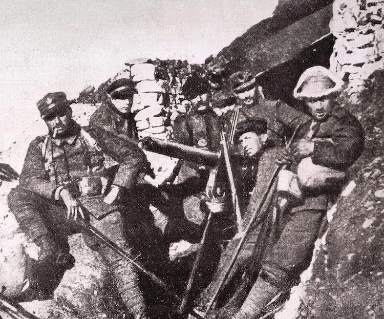 I Futuristi al fronte: da sinistra, Filippo Tommaso Marinetti, Antonio Sant'Elia, Mario Sironi e Umberto Boccioni (accanto alla mitragliatrice), 1915