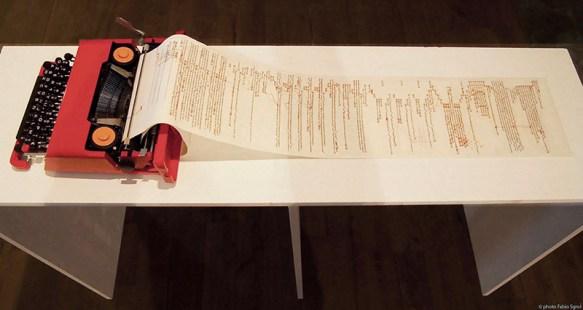 Donatella Lombardo Rimediazioni analogiche, 2015 macchina per scrivere modello Olivetti Valentine, rotolo di stoffa, stampa digitale, ricamo, ago, filo colorato, 14x122x33 cm (misure comprensive di supporto 90x145x40 cm) Foto courtesy Fabio Sgroi