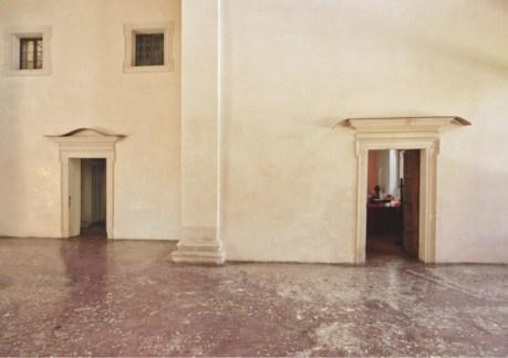 Lesley Foxcroft, In Unison 4, 2018, M.D.F., 220x20x20 cm; In Unison 3, 2018, M.D.F., 248x20x20 cm, veduta parziale dell'esposizione, Villa Pisani Bonetti, Bagnolo di Lonigo, 2018 Courtesy Associazione Culturale Villa Pisani Contemporary Art, Bagnolo di Lonigo Courtesy A arte Invernizzi, Milano Foto Bruno Bani, Milano
