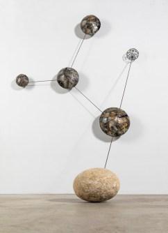 Andrea Cereda, L'ordine delle cose - Cosmo #03, 2018, installazione, lamiera, filo di ferro, tondino di ferro, granito, grafite, dimensioni variabili