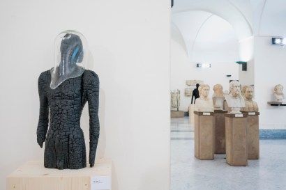 Aron Demetz, Fiato, legno carbonizzato e vetro, 78x40x33cm, 2015. Foto: Egon Dejori
