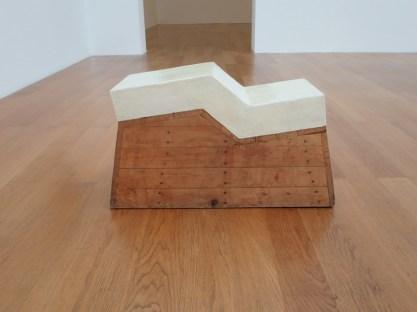 Gary Kuehn, Pedestal Piece, 1968, legno, fibra di vetro, 44x74x30 cm Collezione Sébastien de Ganay Foto Cindy Hinant, New York