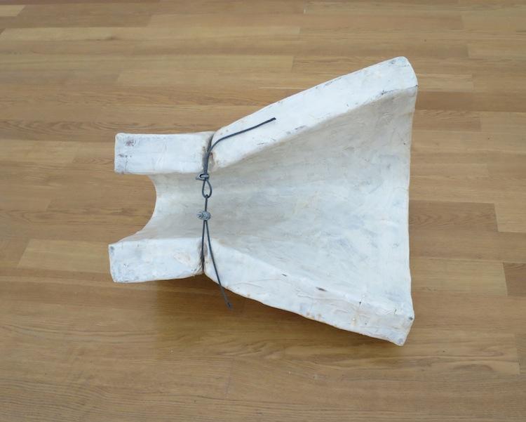 Gary Kuehn, Untitled, 1969 , acciaio, fibra di vetro, filo d'acciaio, 63.5x76.2x50.8 cm, Kunstmuseum St. Gallen, acquisito 2008 Foto Stefan Rohner