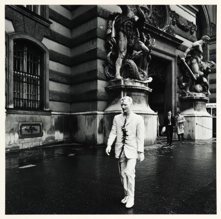 Günter Brus, Wiener Spaziergang, 1965/89, stampa in gelatina di argento su cartone, 60x50 cm ciascuna, Foto Fabio Fantini