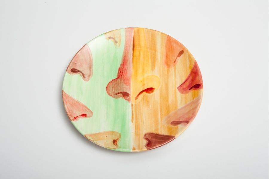 Allison Katz, Noses 3, 2017, ceramic plate