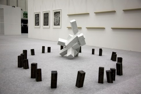 Hidetoshi Nagasawa, Caos vacilla, 2010, marmo e ferro, 100x300x200 cm Courtesy Famiglia Nagasawa [esposta nel chiostro della Soprintendenza]