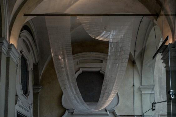 Elena El Asmar, Paesaggio-corpo, veduta dell'opera installata all'ingresso della mostra, foto di Elena Foresto