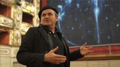 """""""a matita? Omar Galliani"""", Omar Galliani davanti al sipario Siderea del Teatro Valli di Reggio Emilia fotogramma"""