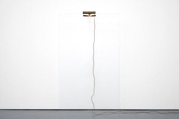 Jacopo Mazzonelli, Threshold, 2019, vetro, lampada da pianoforte, 172.5x104.7x31 cm Courtesy l'artista e Galleria Giovanni Bonelli