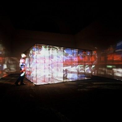 Marinella Pirelli, Film Ambiente, 1968-69 (versione 2004), ferro, acciaio, legno, materiale plastico, immagini in movimento, suono, veduta dell'installazione presso la mostra a Villa Panza (Varese) Copyright Sergio Tenderini © Sergio Tenderini Fotografia