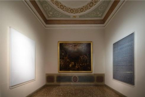 A sinistra: Roman Opalka, OPALKA 1965/1 - ∞, Détail 5603154 – 5607249, 2010-2011, acrilico su tela, 196x135 cm, Collezione Lenz, Schönberg, Austria A destra: Roman Opalka, OPALKA 1965/1 - ∞, Détail 1- 35327, 1965, acrilico su tela, 196x135 cm, Museum Sztuki, Lodz (Polonia) © Estate di Roman Opalka (Fonds de Dotation Roman Opalka + ADAGP, Paris) 2019 Courtesy Estate di Roman Opalka e Muzeum Sztuki, Lodz Foto Michele Alberto Sereni