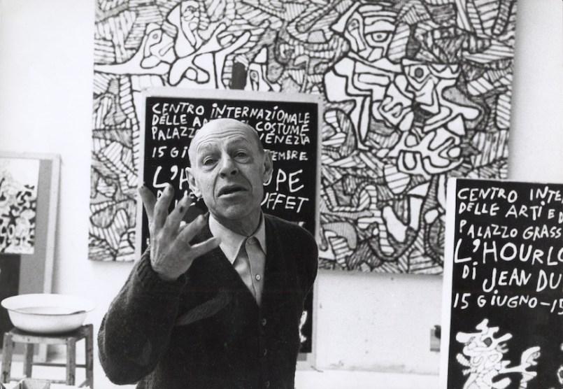 """Jean Dubuffet nel suo atelier a Vence davanti a """"L'Agenouillement de l'évèque"""", 1964 Foto Max Loreau © Archives Fondation Dubuffet, Paris"""
