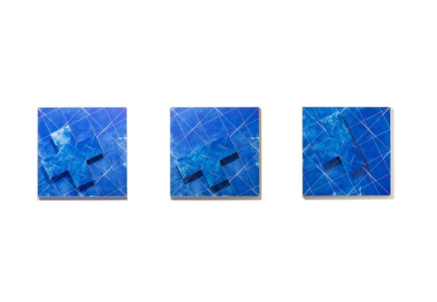 Jacques Toussaint, Rilievo da parete, 2019 (n.503), digital print su forex con elemento a sbalzo, fondo blu, croce greca blu obliqua sinistra, cornice in alluminio saldato e satinato, 70x70x3.5 cm; Rilievo da parete, 2019 (n.505), digital print su forex con elemento a sbalzo, fondo blu, croce commissa blu sinistra bassa, cornice in alluminio saldato e satinato, 70x70x3.5 cm; Rilievo da parete, 2019 (n.504), digital print su forex con elemento a sbalzo, fondo blu, croce greca comissa blu sinistra alto, cornice in alluminio saldato e satinato, 70x70x3.5 cm Courtesy Artesilva, Seregno Foto Matteo Cirenei
