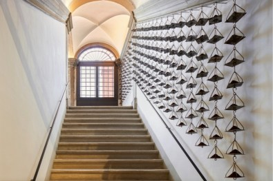 Jannis Kounellis, veduta della mostra, Fondazione Prada, Venezia Foto Agostino Osio - Alto Piano Courtesy Fondazione Prada (Jannis Kounellis, Senza titolo, 2013, ferro, caffè)